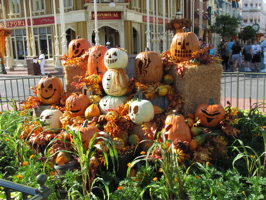 bonus video magic kingdom halloween decorations 9210 walt disney world halloween decorations are now up at the parks here is some footage of the - Disney World Halloween Decorations